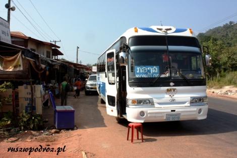 """W Laosue chyba jednak wygodniej podróżowało się """"niższą klasą"""" autobusów lokalnych niż autokarami """"Lux"""". Generalnie w środku były takie same. Różniły się nazwą i faktem, że te drugie pełne były ludzi."""